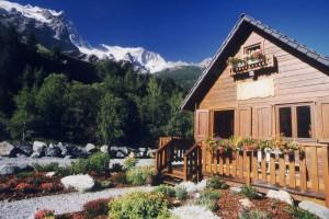 Un petit camping de montagne calme et fleuri.